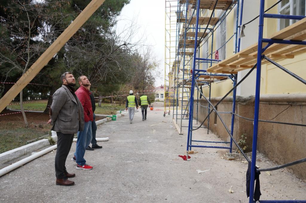 Владислав Нусинов инспектирует ремонт севастопольской инфекционной больницы